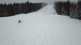 Ideia aérea da descida do freeride para esquiadores e snowboarders vídeos de arquivo