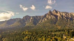 Ideia aérea da estância de esqui de Busteni no vale de Prahova e na montanha de Bucegi fotografia de stock royalty free