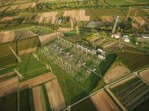 ideia aérea da estação da eletricidade cercada com campos agrícolas, Europa fotos de stock