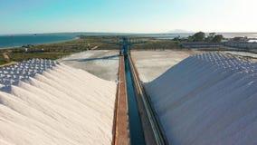 Ideia aérea da extração industrial do sal no deserto, pilha do sal video estoque
