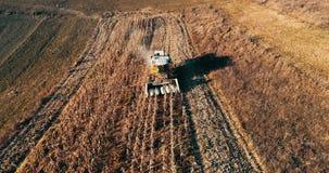 Ideia aérea da indústria da agricultura Combine a coleta do milho filme