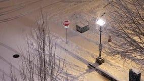 Ideia aérea da interseção de quatro vias do tráfego coberta com a neve video estoque