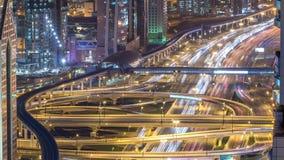 Ideia aérea da junção da estrada com timelapse do tráfego em Dubai, UAE, na noite Estrada famosa de Sheikh Zayed em Dubai filme