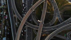 Ideia aérea da junção de estrada com carros moventes Metragem de nivelamento agradável da interseção da estrada na estrada video estoque