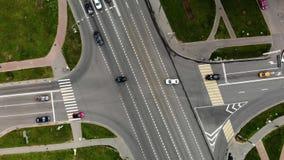 Ideia aérea da junção de estrada ou interseção da estrada na cidade com os carros que gerenciem esquerdos e o righ filme