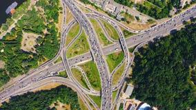 Ideia aérea da junção da estrada da ponte de Paton em Kiev Câmera que gerencie em torno da forma circular da junção video estoque