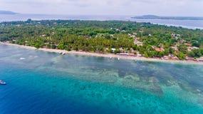 Ideia aérea da linha da costa da água azul na ilha de Gili Air Fotografia de Stock