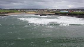 Ideia aérea da linha do custo de Bundoran na maneira atlântica selvagem em Donegal, Irlanda video estoque
