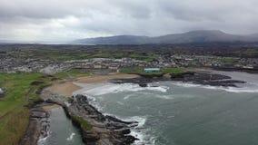 Ideia aérea da linha do custo de Bundoran na maneira atlântica selvagem em Donegal, Irlanda filme