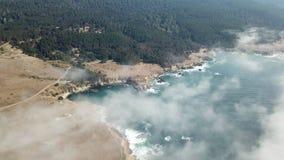 Ideia aérea da névoa, do oceano, e do litoral de Califórnia do norte video estoque