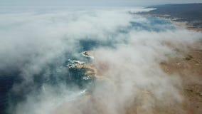 Ideia aérea da névoa, do oceano, e do litoral de Califórnia do norte filme