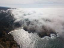 Ideia aérea da névoa, do Oceano Pacífico, e do litoral de Califórnia do norte Foto de Stock