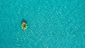 Ideia aérea da natação magro da mulher na filhós do anel da nadada no mar transparente de turquesa em Seychelles Seascape do verã imagem de stock royalty free