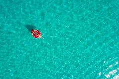 Ideia aérea da natação magro da mulher na filhós do anel da nadada no mar transparente de turquesa em Seychelles Seascape do verã imagens de stock