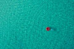 Ideia aérea da natação magro da mulher na filhós do anel da nadada no mar transparente de turquesa em Seychelles Seascape do verã fotografia de stock