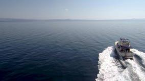 Ideia aérea da navigação de alta velocidade do barco ao mar de Grécia vídeos de arquivo