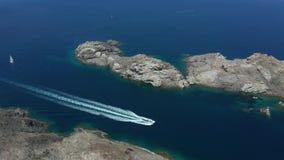 Ideia aérea da navigação do barco ao longo da costa de mar rochosa filme