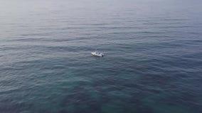 Ideia aérea da navigação turística do barco no por do sol no mar azul filme