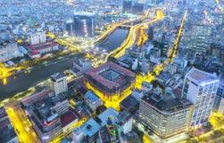 Ideia aérea da noite da arquitetura da cidade colorida e vibrante Imagens de Stock