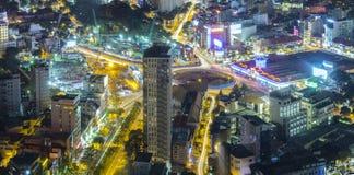 Ideia aérea da noite da arquitetura da cidade colorida e vibrante Fotos de Stock Royalty Free