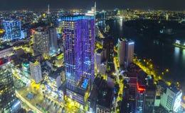 Ideia aérea da noite da arquitetura da cidade colorida e vibrante Imagem de Stock Royalty Free
