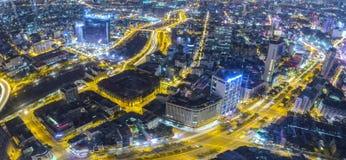 Ideia aérea da noite da arquitetura da cidade colorida e vibrante Imagem de Stock