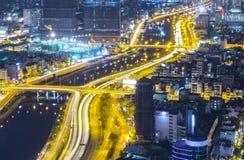 Ideia aérea da noite da arquitetura da cidade colorida e vibrante Fotos de Stock