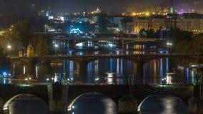 Ideia aérea da noite do rio de Vltava e do timelapse iluminado das pontes, Praga vídeos de arquivo