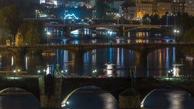 Ideia aérea da noite do rio de Vltava e do timelapse iluminado das pontes, Praga video estoque
