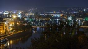Ideia aérea da noite do rio de Vltava e do timelapse iluminado das pontes, Praga filme