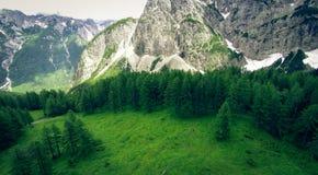 Ideia aérea da paisagem da montanha, Vrsic, Eslovênia fotografia de stock
