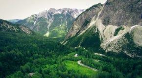 Ideia aérea da paisagem da montanha, Vrsic, Eslovênia fotos de stock