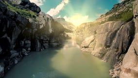 Ideia aérea da paisagem do banco de rio da garganta