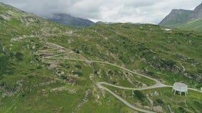 Ideia aérea da passagem San Bernadino nos cumes suíços filme
