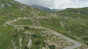 Ideia aérea da passagem San Bernadino nos cumes suíços video estoque