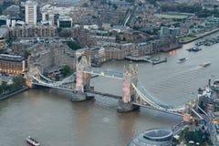 Ideia aérea da ponte da torre e da skyline na noite, Londres da cidade Imagem de Stock Royalty Free