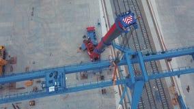 Ideia aérea da posição vermelha do guindaste de torre perto da estrada de ferro na zona industrial grampo Constru??o e fabrica??o video estoque