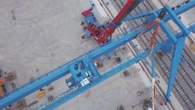 Ideia aérea da posição vermelha do guindaste de torre perto da estrada de ferro na zona industrial grampo Constru??o e fabrica??o vídeos de arquivo