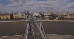 Ideia aérea da região central em Moscou, Rússia Ponte sobre o rio de Moscou, o parque de Gorky, o trânsito intenso e os barcos filme