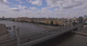 Ideia aérea da região central em Moscou, Rússia Ponte sobre o rio de Moscou, o parque de Gorky, o trânsito intenso e os barcos vídeos de arquivo