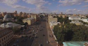 Ideia aérea da região central em Moscou, Rússia Ponte sobre o rio de Moscou, o parque de Gorky, o trânsito intenso e os barcos video estoque