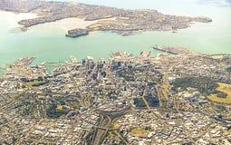 Ideia aérea da skyline de Auckland com construções modernas e das áreas verdes - cidade moderna de Nova Zelândia com panorama esp fotografia de stock royalty free