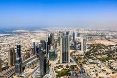 Ideia aérea da skyline de Dubai, opinião de surpresa do telhado Sheikh Zayed Road Residential e arranha-céus do negócio em Dubai  fotografia de stock royalty free