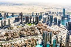 Ideia aérea da skyline de Dubai, opinião de surpresa do telhado Sheikh Zayed Road Residential e arranha-céus do negócio em Dubai  imagem de stock royalty free