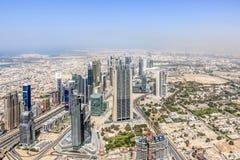 Ideia aérea da skyline de Dubai, opinião de surpresa do telhado Sheikh Zayed Road Residential e arranha-céus do negócio em Dubai  foto de stock