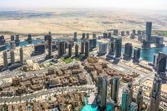 Ideia aérea da skyline de Dubai, opinião de surpresa do telhado Sheikh Zayed Road Residential e arranha-céus do negócio em Dubai  imagens de stock