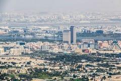 Ideia aérea da skyline de Dubai, opinião de surpresa do telhado Sheikh Zayed Road Residential e arranha-céus do negócio em Dubai  imagens de stock royalty free