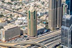 Ideia aérea da skyline de Dubai, opinião de surpresa do telhado Sheikh Zayed Road Residential e arranha-céus do negócio em Dubai  fotografia de stock