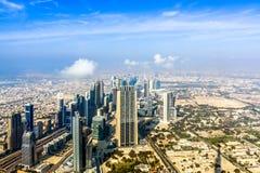 Ideia aérea da skyline de Dubai, opinião de surpresa do telhado Sheikh Zayed Road Residential e arranha-céus do negócio em Dubai  fotos de stock