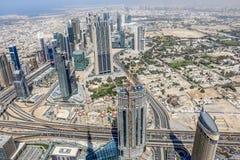 Ideia aérea da skyline de Dubai, opinião de surpresa do telhado Sheikh Zayed Road Residential e arranha-céus do negócio em Dubai  fotos de stock royalty free